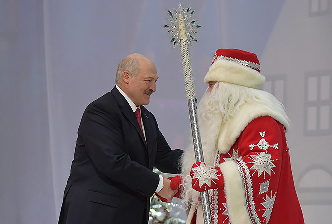 Лукашенко на главой новогодней елке пожелал детям провести каникулы с пользой