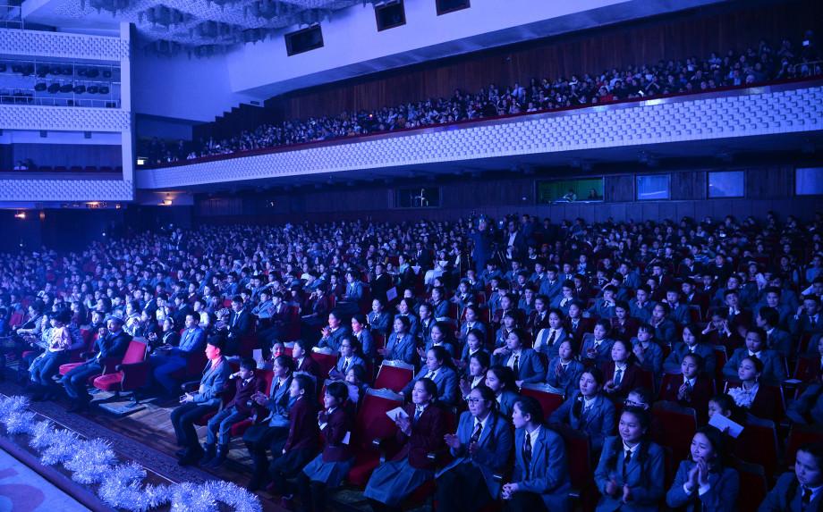 Президентская елка в Бишкеке: Жээнбеков призвал детей брать пример с Айтматова