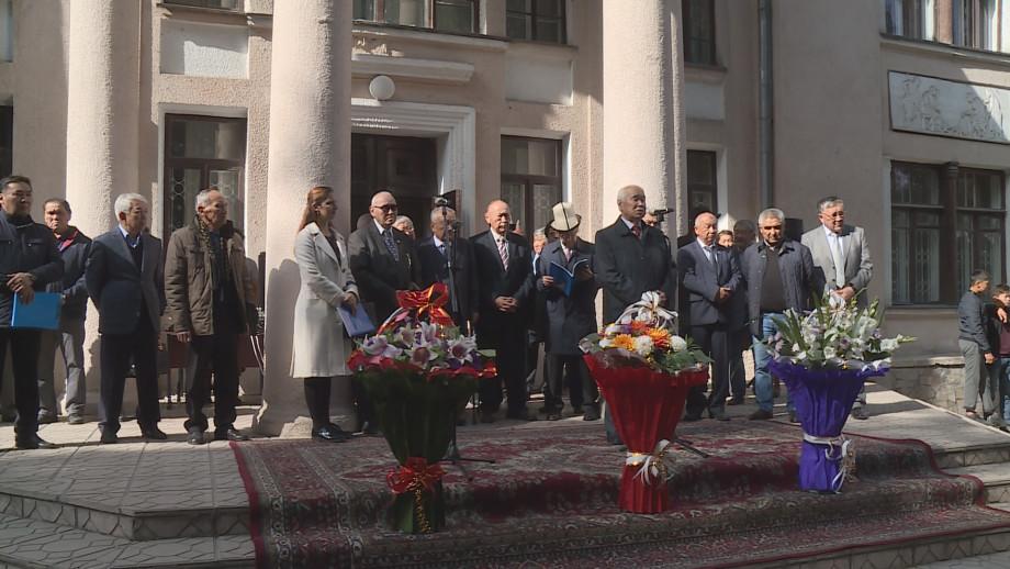 Вдохновил Чингиз Айтматов: в Бишкеке открылась выставка в честь юбилея писателя