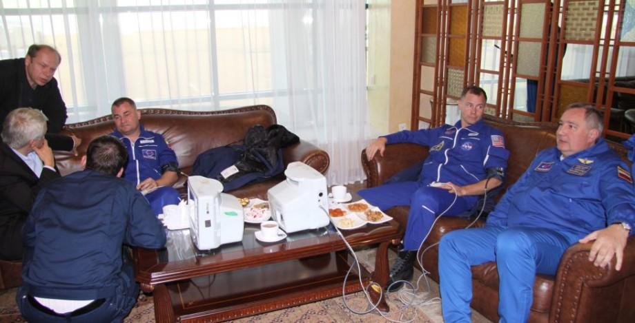 Роскосмос выложил фотографии космонавтов Овчинина и Хейга