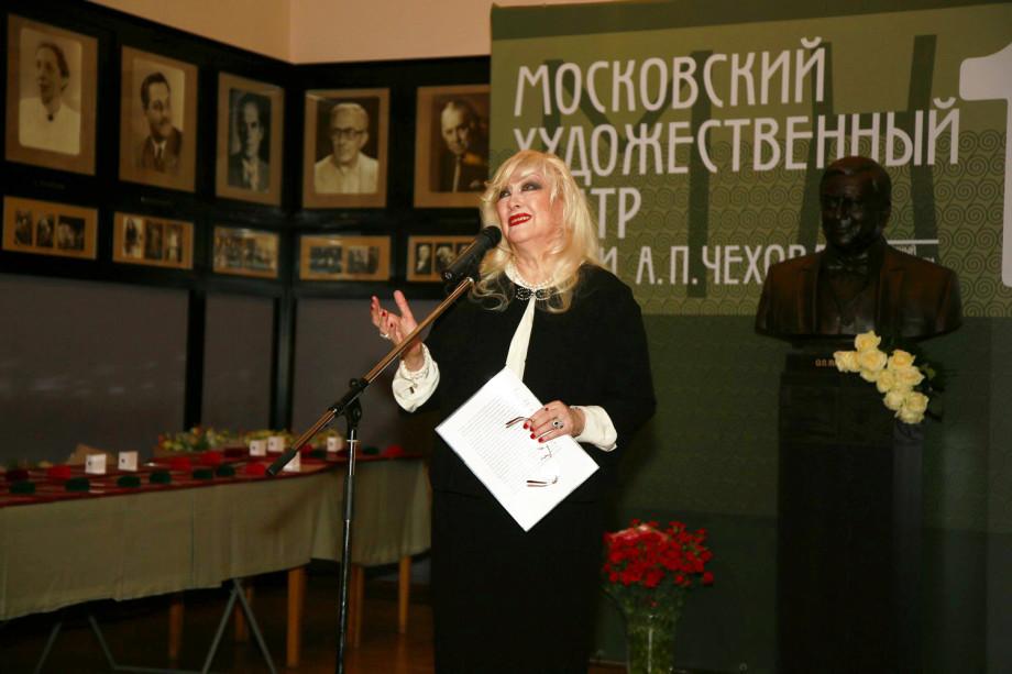 Памятник Олегу Табакову открыли в МХТ им. Чехова (ФОТО)