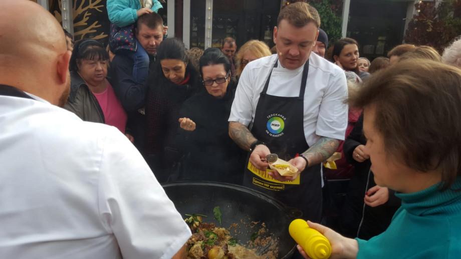 Вкуснеший аромат на всю Тверскую: как в Москве готовят «МИРовой» плов