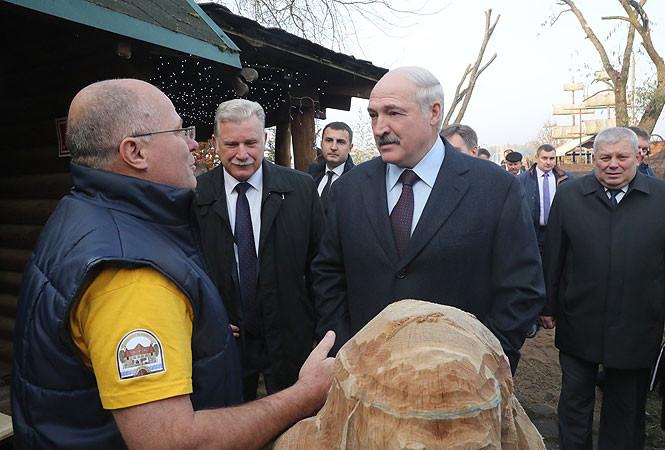 Лукашенко вырезал из дерева доброго славянского бога Белуна