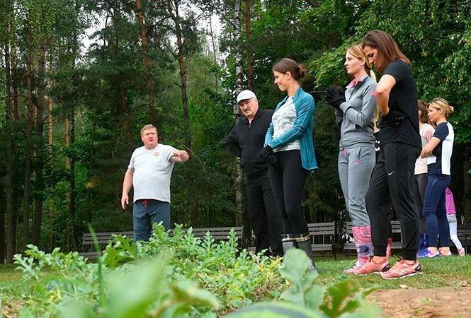 После работы на дачу: Лукашенко собрал «приличный» урожай картофеля и арбузов
