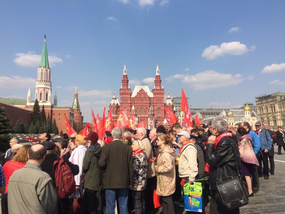 Коммунисты России возложили венки к Мавзолею