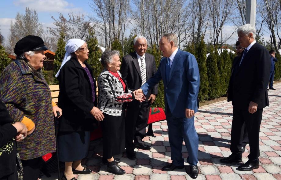 Назарбаев обменялся воспоминаниями на встрече с одноклассниками