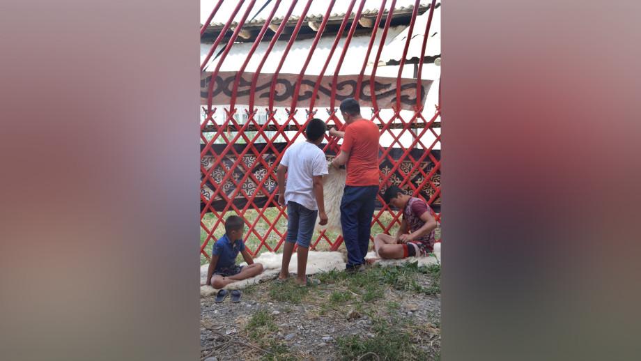 Недетское увлечение: как братья Максатовы строят дома-юрты