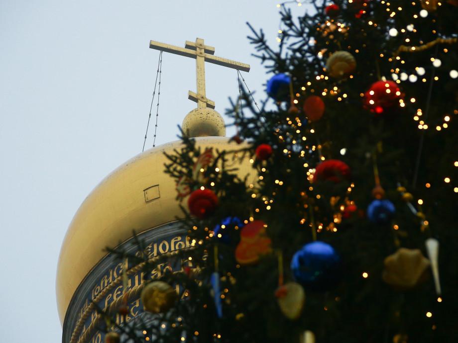 Матрешки и расписные шары: кремлевскую елку украсили в русском народном стиле
