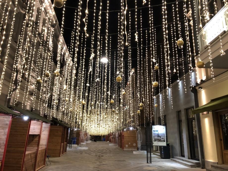 В Тбилиси засверкала главная елка и заработала новогодняя деревня