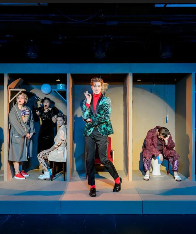 «У нас все хорошо»: гротеск и абсурд жизни, которой не было, в театре «Практика»