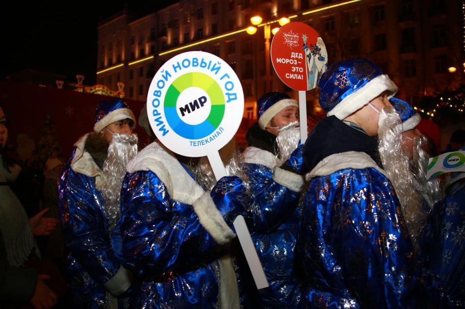 «МИРовые» Деды Морозы прошлись по центру Москвы