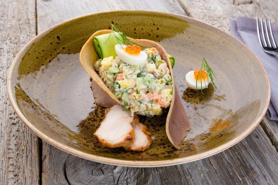 С говяжьим языком, лососем и раковыми шейками: лучшие рецепты оливье