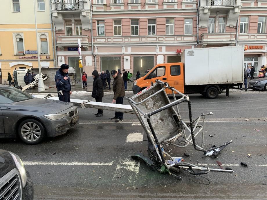 Возле московского кинотеатра «Россия» рухнул автокран