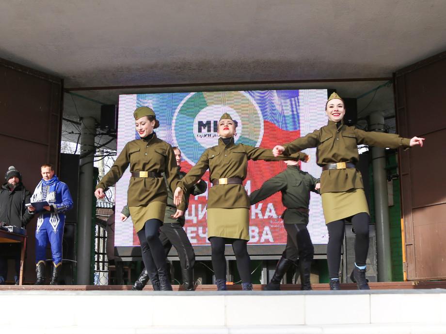 В подарок от «МИРа» – концерт и солдатская каша. «Мужской день» прошел с огоньком