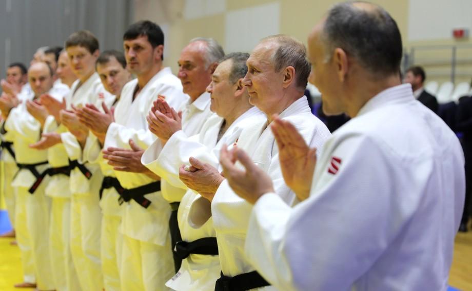 В родной стихии: Путин провел спарринг с лучшими дзюдоистами страны