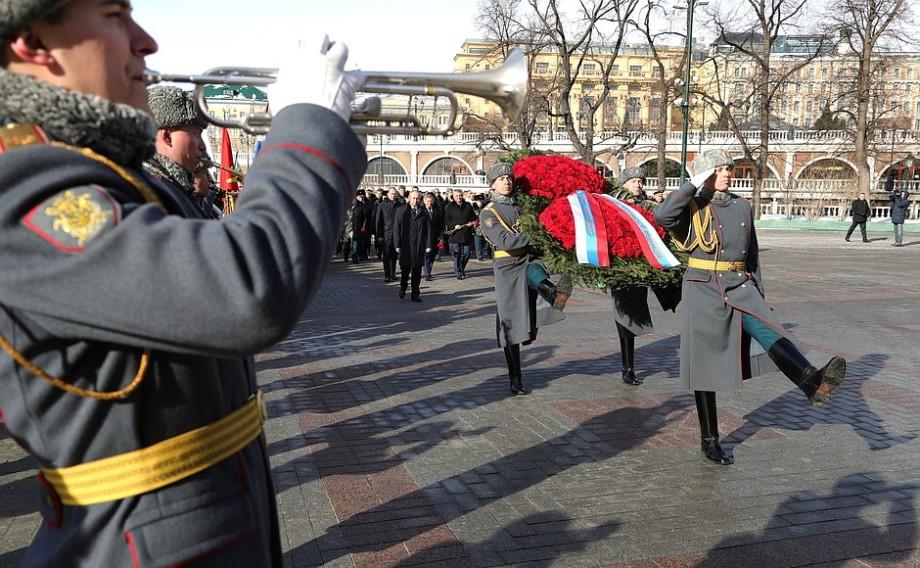 Путин в День защитника Отечества возложил венок к Могиле Неизвестного солдата