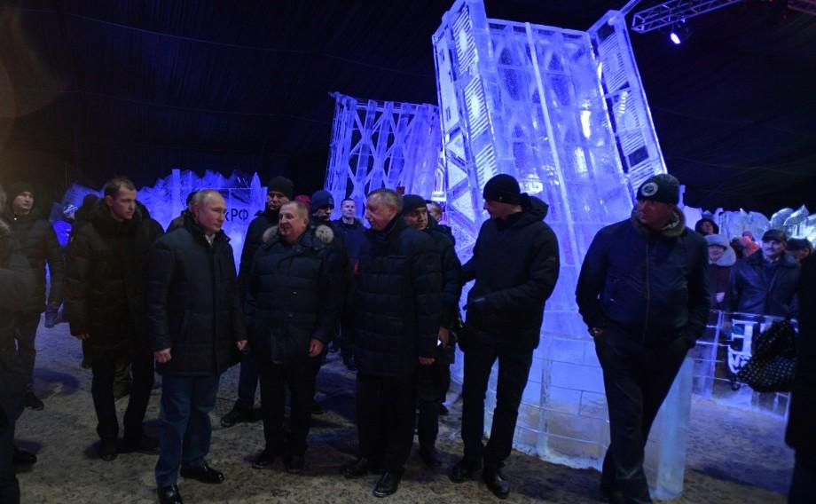 Алые паруса и свинья-копилка: Путин осмотрел ледовые фигуры в Петербурге