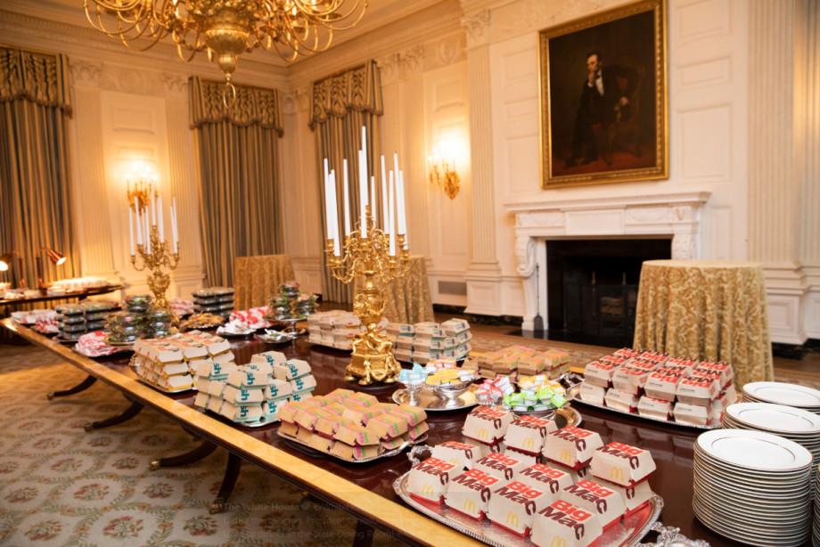 Обошелся без поваров: Трамп угостил спортсменов бутербродами