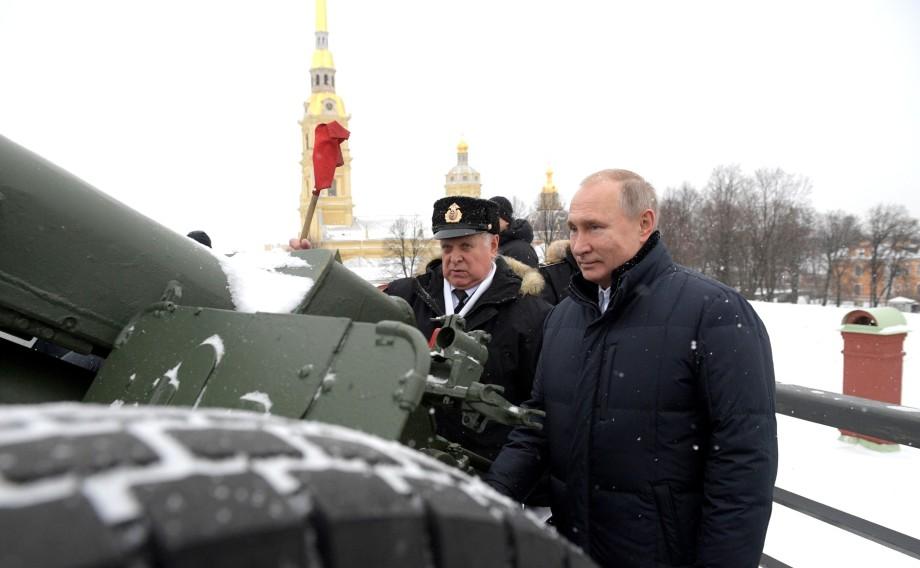 Путин пострелял из пушки в Петропавловской крепости