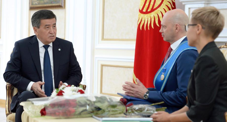 Президент Кыргызстана Сооронбай Жээнбеков наградил председателя МТРК «Мир» Радика Батыршина орденом «Данакер»