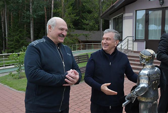 Шавкат Мирзиеев подарил Александру Лукашенко скульптуру с секретом