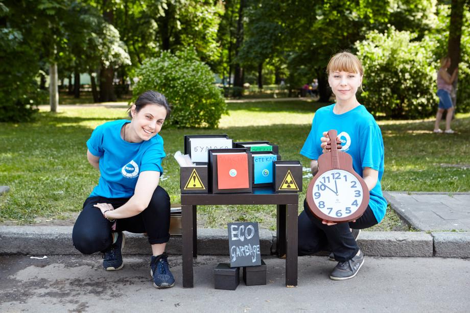 В парке «Сокольники» телеканал «МИР» провел мастер-классы по сбору мусора