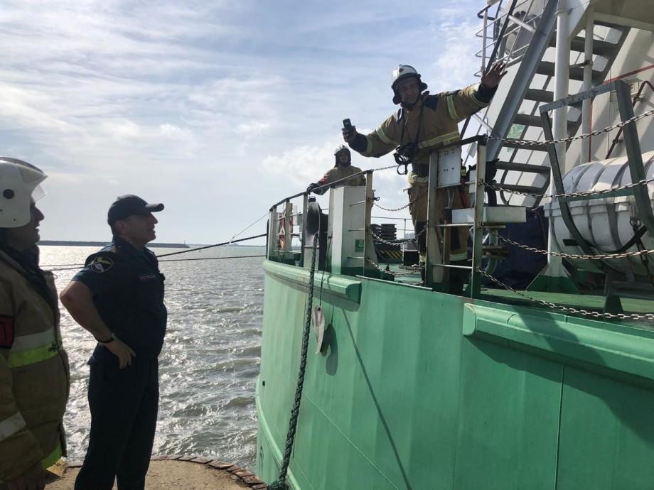 Взрыв на танкере в Махачкале: два человека погибли, еще одного ищут
