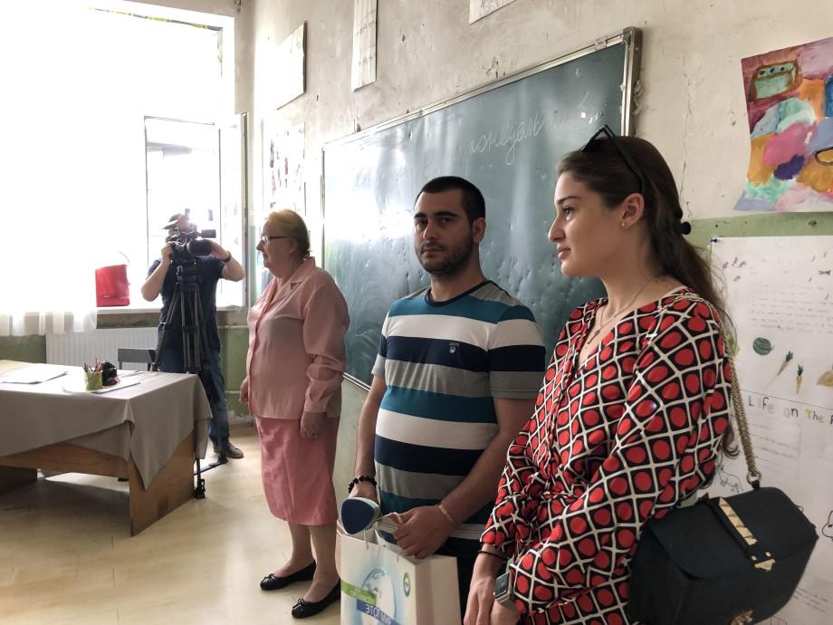 Отдых с пользой: журналисты «МИРа» подарили школьникам в Тбилиси книги на лето