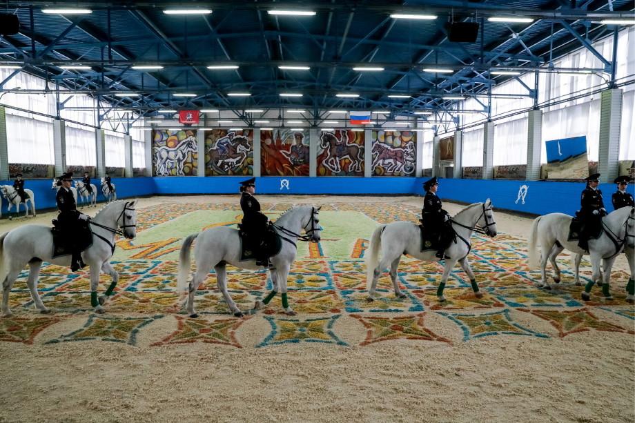 Красавицы в седле: Путин поздравил сотрудниц конной полиции с 8 Марта