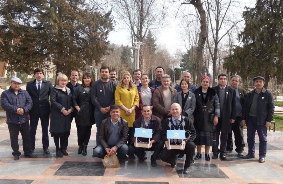 Дарят добро: журналисты «МИРа» и школьники повесили в Душанбе кормушки для птиц