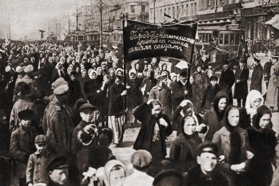 Эволюция 8 марта: от митингов и забастовок до цветов и подарков