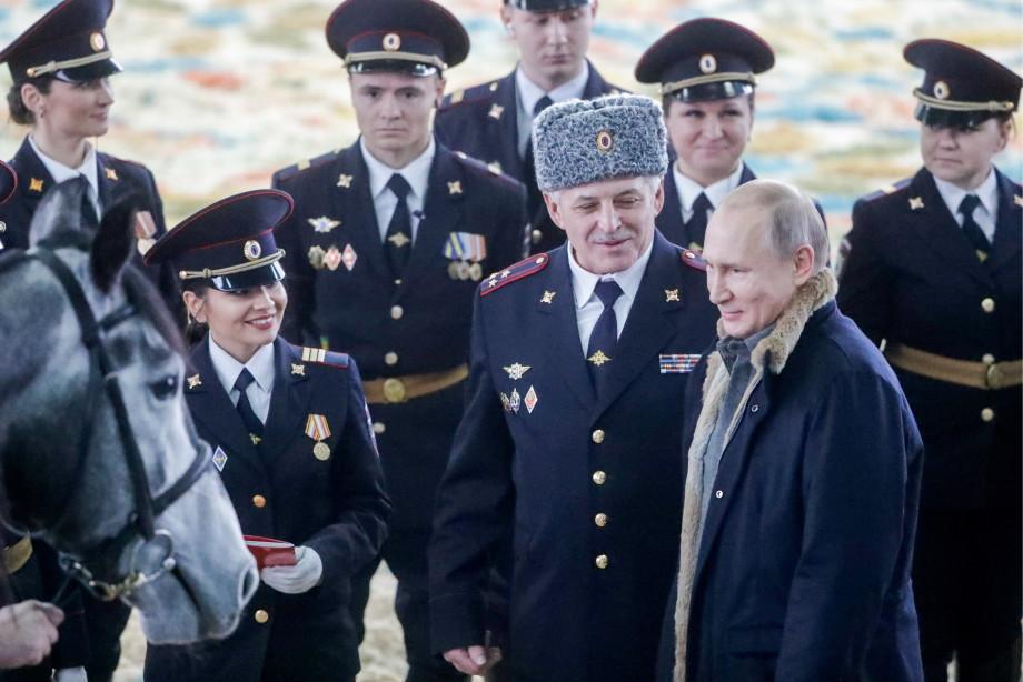 Путин подарил конной и туристической полиции Москвы рысака Золотой луч