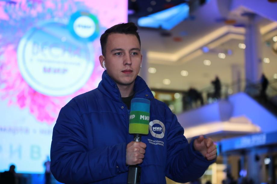 Звезды, цветы, подарки: телеканал «МИР» устроил в Москве большой весенний праздник