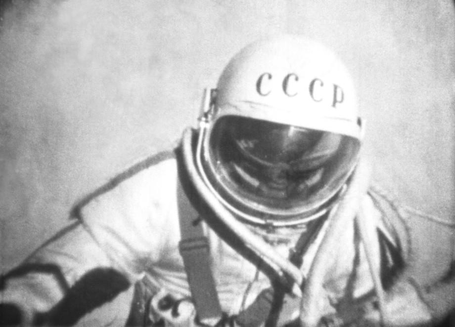 Звезды, тишина и стук сердца: как Леонов шагнул в открытый космос