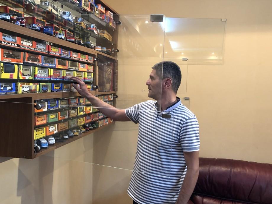 Автопром за стеклом: житель Тбилиси собрал сотни миниатюрных моделей советских авто