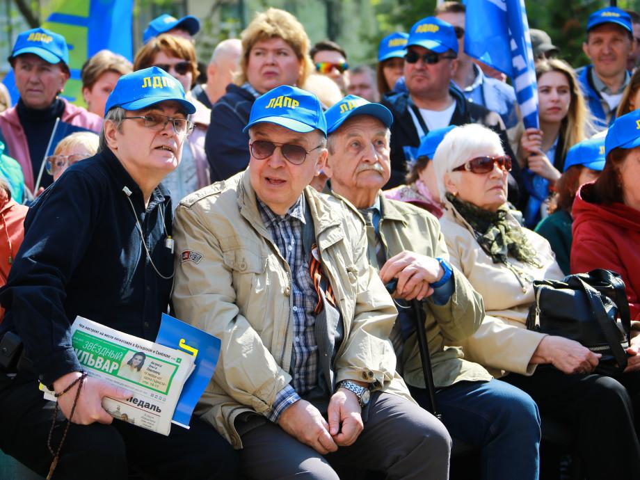 Россияне прошагали в трудовой май с привычными лозунгами