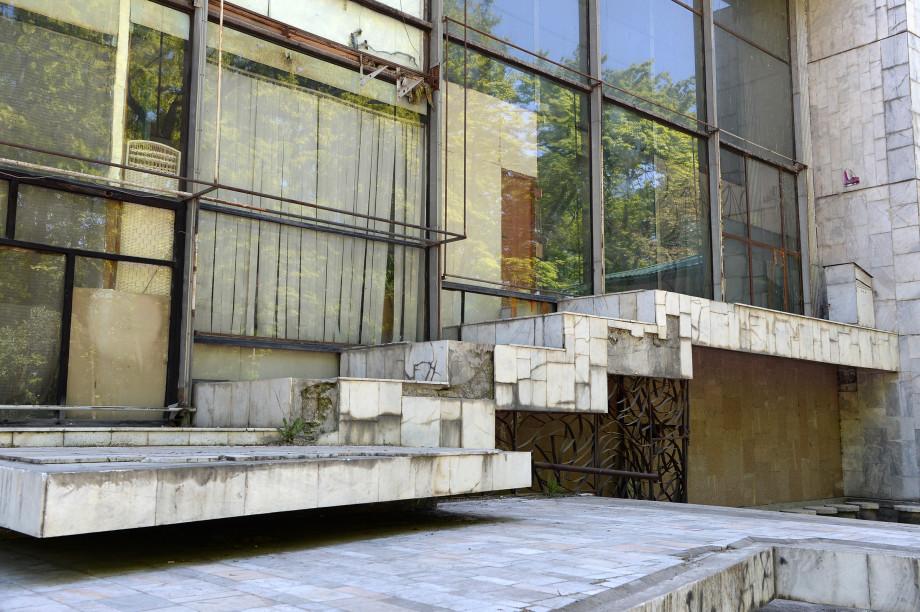 Жээнбеков пообещал решить вопрос с финансированием ремонта двух театров