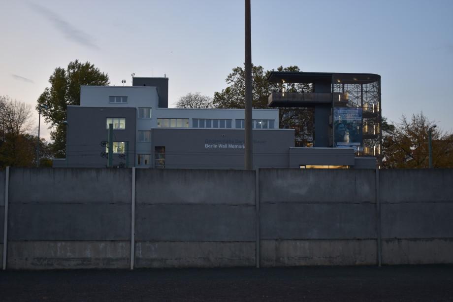 «Помоги мне выжить среди этой смертной любви»: как Берлинская стена ломала судьбы людей?