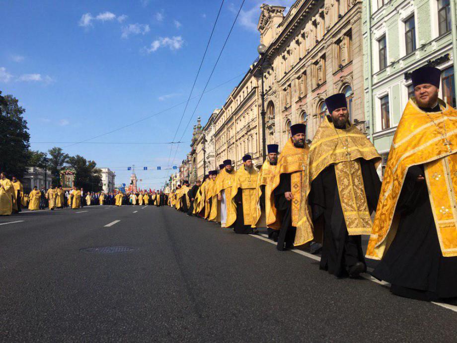 Тысячи верующих вышли в центр Петербурга в День Александра Невского
