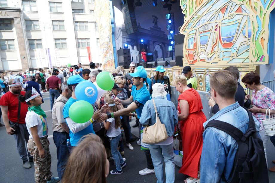 Москвичи и гости столицы празднуют вместе с «МИРом» День города на Охотном ряду