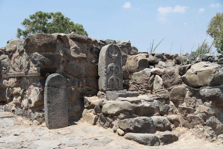 Сотни саркофагов, библейский город и гигантский кот: главные археологические находки 2020 года