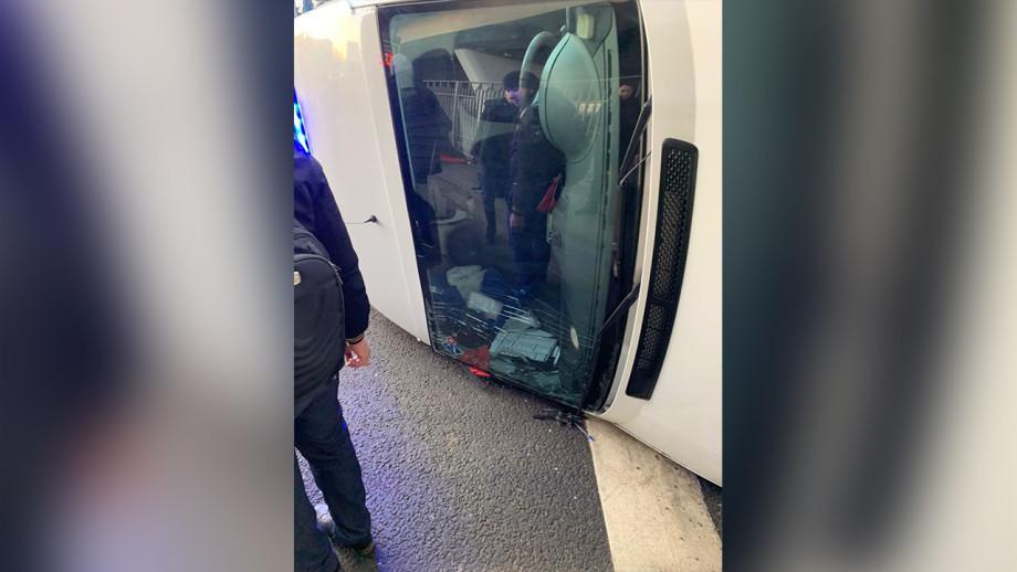 В Москве на ВДНХ перевернулась машина скорой помощи