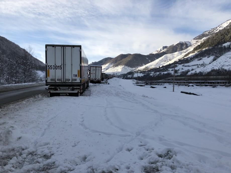 На Военно-Грузинской дороге скопилось более 320 большегрузов