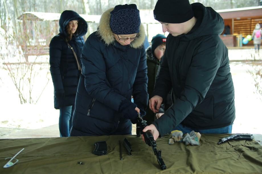 «Даже снег растаял»: «МИР» тепло поздравил защитников Отечества в парках Москвы