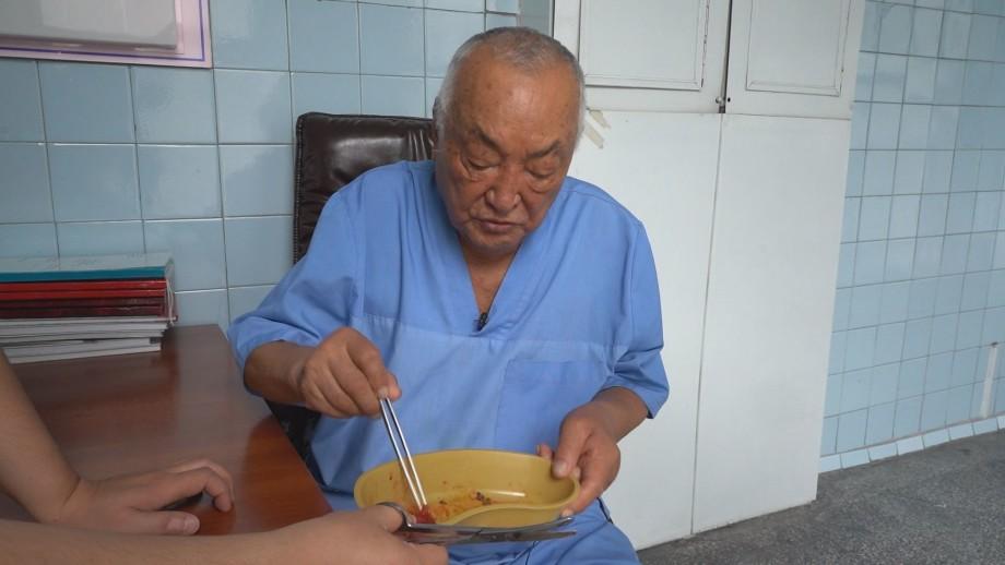 «Руки, которые никогда не подводили»: хирург из Кыргызстана попал в Книгу рекордов Гиннесса