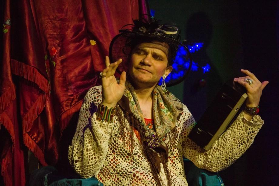Московское эхо «Коляда-театра»: тараканы, бумажные бабочки и старушка-вампир