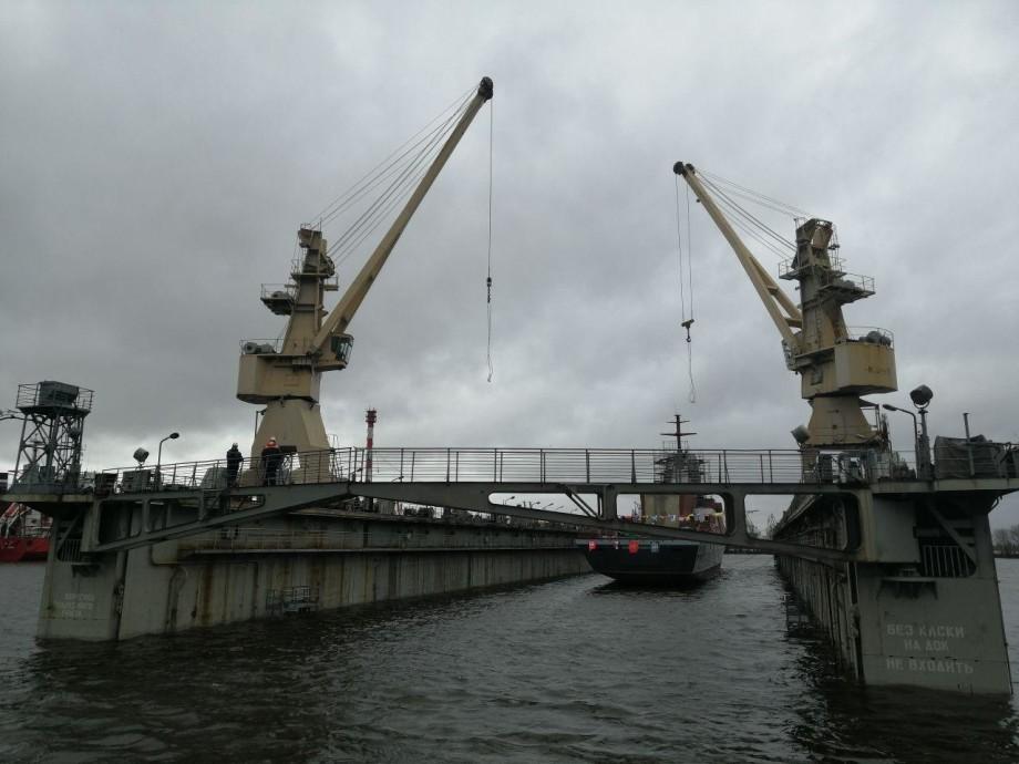 Боевой корабль с вертолетной площадкой спустили на воду в Петербурге