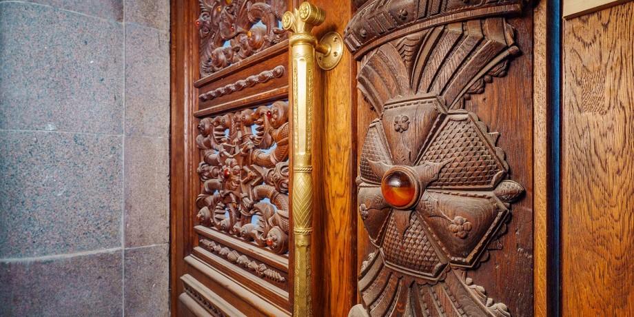 Янтарь и монгольский дуб: на ВДНХ завершается реставрация дверей павильона №5