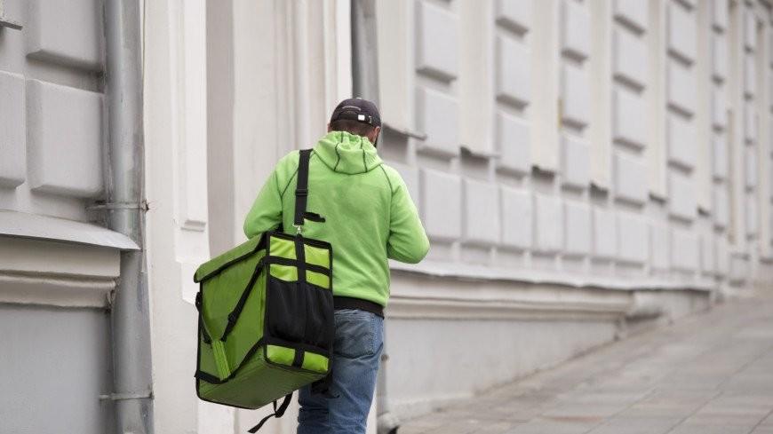 «Низкие зарплаты и неудобные адреса клиентов»: на что жалуются и как работают курьеры в пандемию?