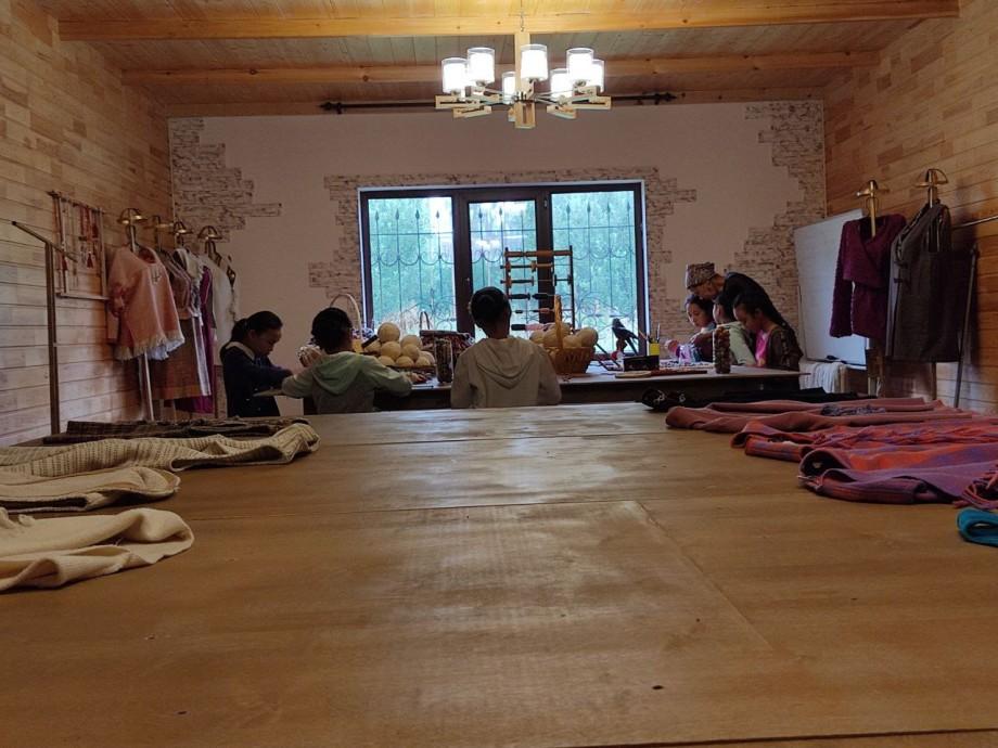 Мировое признание: кыргызская мастерица шьет эксклюзивную одежду из шерсти мериносов